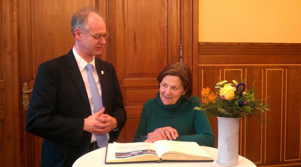 Eva Erben trägt sich in das Goldene Buch von Pankow ein